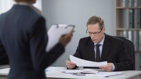 El hombre de negocios se preocupó del trabajo del contable de la compañía, sueldo bajo, malos resultados metrajes