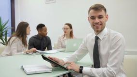 El hombre de negocios se prepara para la presentación en sitio de co-trabajo con sus colegas almacen de video