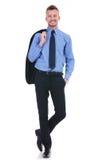 El hombre de negocios sonríe con la chaqueta del traje apagado Foto de archivo