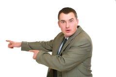 El hombre de negocios sorprendido señaló su dedo dejado Imagen de archivo