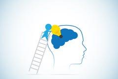 El hombre de negocios sube la escalera a la bombilla de los partes movibles en cerebro, idea y concepto del negocio Imagen de archivo libre de regalías