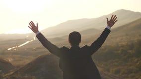 El hombre de negocios sube las manos en la naturaleza almacen de video