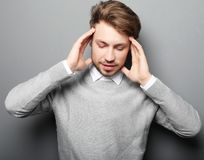 El hombre de negocios subrayó la preocupación del dolor de cabeza de la presión aislado en b gris fotografía de archivo libre de regalías