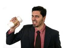 El hombre de negocios subrayado en traje y el lazo que machaca la taza vacía de se llevan el café en concepto del apego del cafeí Fotos de archivo libres de regalías