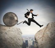 El hombre de negocios supera obstáculos Fotos de archivo