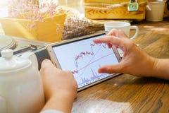 El hombre de negocios trabaja con el gráfico en la PC de la tableta Foto de archivo
