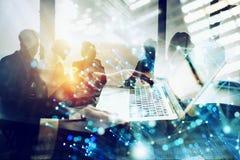 El hombre de negocios trabaja en oficina con un ordenador port?til con efectos de Internet Concepto de distribuci?n de Internet y imágenes de archivo libres de regalías