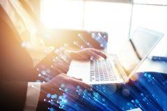 El hombre de negocios trabaja en oficina con un ordenador port?til con efectos de Internet Concepto de distribuci?n de Internet y fotos de archivo