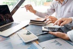 El hombre de negocios de trabajo, el equipo de agente o los comerciantes que hablan de divisas en las pantallas de ordenador m?lt imagenes de archivo