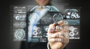 El hombre de negocios usando las pantallas digitales con los datos 3D de los hologramas rinde Imágenes de archivo libres de regalías