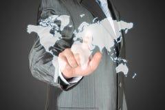 El hombre de negocios utiliza el mapa virtual Fotos de archivo libres de regalías