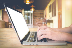 El hombre de negocios utiliza el ordenador portátil en la tabla de madera fotos de archivo