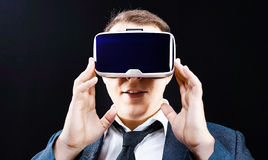 El hombre de negocios utiliza la exhibición montada principal virtual de la realidad VR Foto de archivo