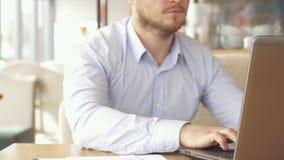 El hombre de negocios utiliza su smartphone en el café