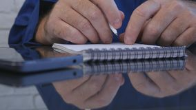 El hombre de negocios Work en sitio de la oficina toma notas en orden del día usando una pluma fotos de archivo libres de regalías