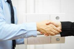 El hombre de negocios y la empresaria son apretón de manos Fotos de archivo