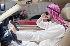 El hombre de Oriente Medio conduce un coche Fotografía de archivo libre de regalías
