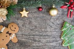 El hombre de pan de jengibre con la galleta del árbol de navidad y el árbol de abeto adornan Fotos de archivo libres de regalías