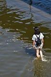 El hombre de pelo largo en agua Imagenes de archivo