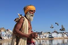 El hombre de Sadhu se coloca en los bancos del lago Pushkar Imagen de archivo