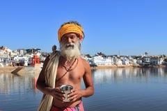 El hombre de Sadhu se coloca en los bancos del lago Pushkar Foto de archivo libre de regalías