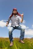 El hombre de salto forma la mano de los diablos fotos de archivo