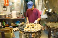 El hombre de Taiwán prepara la crepe sabrosa en venta en su parada fotografía de archivo libre de regalías