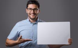 El hombre de Youn lleva a cabo al tablero Fotografía de archivo