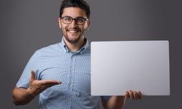 El hombre de Youn lleva a cabo al tablero Fotografía de archivo libre de regalías