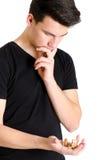El hombre del adolescente concentrado piensa cómo solucionar un puz del embaucador 3D Imagen de archivo libre de regalías
