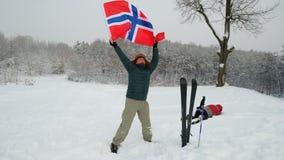 El hombre del aficionado deportivo que agita una bandera italiana, otra fan lo acomete y empuja en la nieve almacen de video