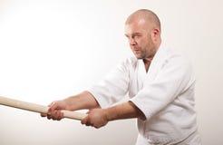El hombre del Aikido con bokken Fotografía de archivo