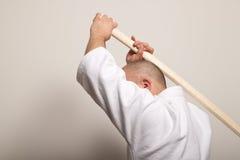 El hombre del Aikido con bokken Imagen de archivo
