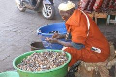 El hombre del Berber está vendiendo caracoles en el mercado del te Imagen de archivo