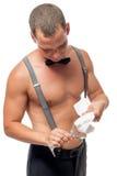 El hombre del camarero con un torso desnudo limpia un vidrio Imagen de archivo libre de regalías