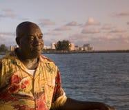 El hombre del Caribe disfruta de puesta del sol foto de archivo