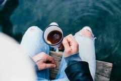 El hombre del inconformista bebe el café en acampada Fotos de archivo libres de regalías