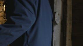 El hombre del jefe desbloquea la puerta, cerradura del metal y entra en el cuarto del granero, 4K almacen de metraje de vídeo