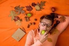 El hombre del jengibre se está preparando para el día de la venta del otoño Manzana antropófaga pelirroja y mirada de la cámara E imagenes de archivo