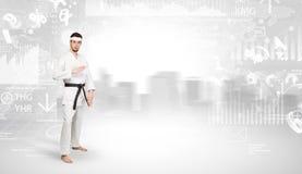 El hombre del karate que hace karate engaña en el top de una ciudad metropolitana Foto de archivo libre de regalías