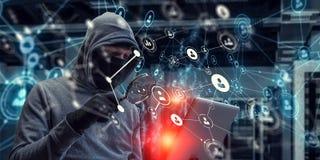 El hombre del pirata informático roba la información Fotografía de archivo libre de regalías