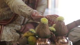 El hombre del primer en vestido indio lleva a cabo la mano para el regalo en la tabla