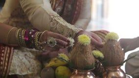 El hombre del primer en vestido indio se sienta en la tabla ceremonial