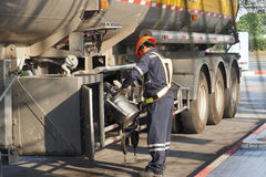 El hombre del servicio del aceite puso el aceite a la estación de la rama Imagenes de archivo