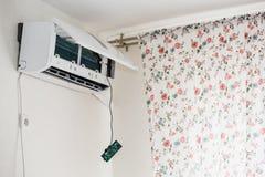 El hombre del servicio es mantenimiento del acondicionador de aire imagen de archivo