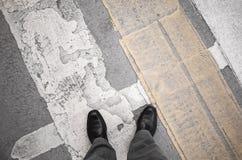 El hombre del Urbanite se coloca en el paso de peatones Fotografía de archivo