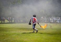 El hombre demuestra trucos del fuego Foto de archivo libre de regalías