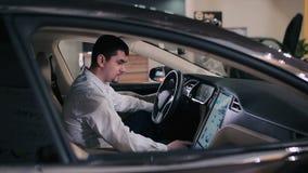 El hombre dentro del coche eléctrico almacen de video