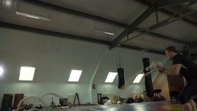 El hombre deportivo joven es cuerdas involucradas con en el gimnasio almacen de metraje de vídeo