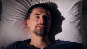 El hombre deprimido que intenta caer dormido Primer 4K metrajes